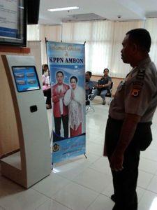 Petugas Polisi Mengamati Kiosk Antrian Kiosk Informasi Antrian KPPN Ambon